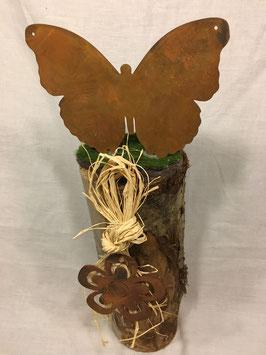 Schmetterling auf Holzsäule