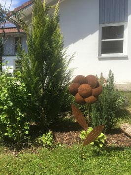 Gartenstecker als Blume aus Metall in Naturrost