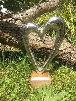 Herz auf Holzfuß
