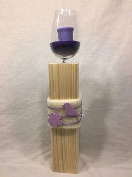Weinglas auf Holzsäule Vogel lila