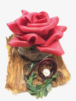Rose auf Holzrinde