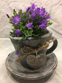 Pflanzentasse mit Blume für den Innenbereich