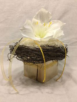 Rebenkranz mit Blüte auf Holzsäule
