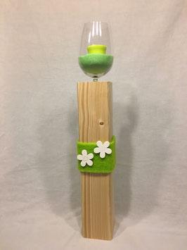 Weinglas auf Holzsäule Blume grün