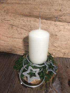 Cremefarbene Kerze auf Holzscheibe