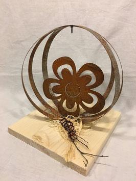 Halbkugel mit Blume auf Holzplatte