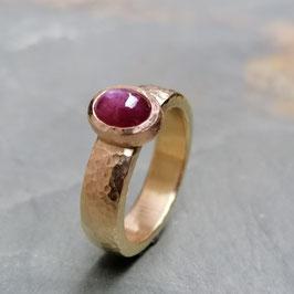 Rotgold-Ring mit Sternrubin