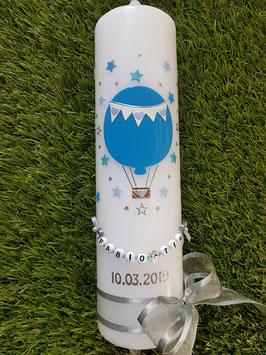 Taufkerze TK105 Heißluftballon in Lichtblau Uni & Lichtblau-Hellblau-Pastellblau Holoflitter / Sterne rundherum