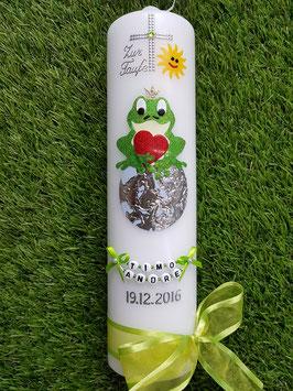 Taufkerze Froschkönig auf Erdkugel TK184-2 in Apfelgrün-Bunt mit Buchstabenkette©