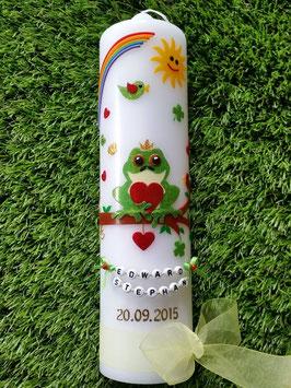 Taufkerze Froschkönig TK184-2 in Apfelgrün-rot Buchstabenkette© & Regenbogen