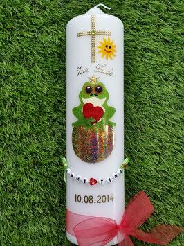 Taufkerze Froschkönig auf Kugel TK184-2 in Apfelgrün-Rot mit Buchstabenkette©