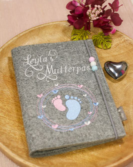 Mutterpasshülle personalisiert weiße Schwungvolle Schrift, Mutterpass, rosa, hellblaue Füßchen (Bsp. Leyla´s)