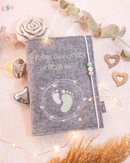 Mutterpasshülle Unser Wunder zartgrün, weiß, grau, Füßchen im Herzkreis