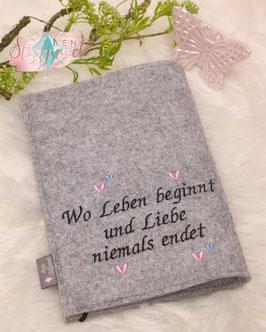 """Bestickte Rückseite der  Mutterpasshülle """" Wo Leben beginnt und Liebe niemals endet"""""""