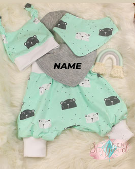 Neugeborenenset mit Mützchen, Hose, Halstuch und besticktem Dreieckstuch Bärchen mint, grau