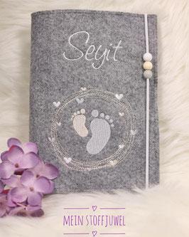 Personalisierte U-hefthülle Babyfüßchen im Herzkreis,weiß, creme, grau Bsp. Seyit