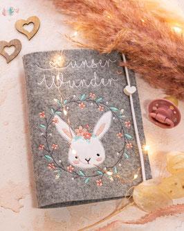 Mutterpasshülle Unser Wunder Bunny im Blümchenkreis mit Motivperle weißes Herz