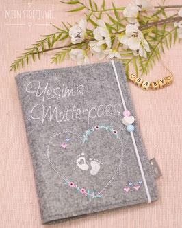 Mutterpasshülle personalisiert Blumenherz mit Babyfüßchen weiß (Bsp. Yesim)