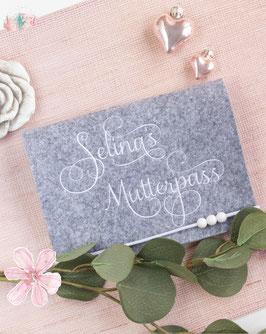 Mutterpasshülle weiße Schrift romantic Bsp. Selina