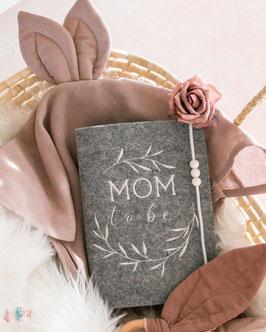 Mutterpasshülle MOM to be weiß mit Kranz Filz hellgrau meliert