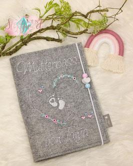 Mutterpasshülle personalisiert Blumenherz mit Babyfüßchen weiß (Bsp. Tanja)