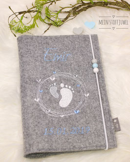 Personalisierte U-hefthülle Kreiselfuß hellblau, hellgrau und weiß Name und Geburtsdatum  mit Perlen
