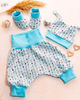 Neugeborenenset mit Mützchen, Hose, Halstuch und Schühchen