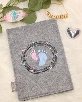 Bestickte Rückseite Herzkreis um Babyfüßchen