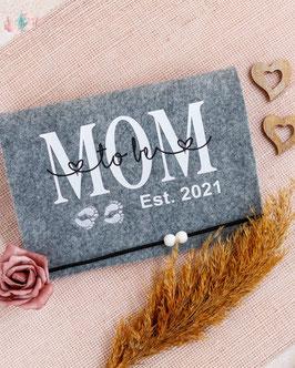 Mutterpasshülle für Zwillinge Mom to be Est. 2021 in weiß mit schwarz bedruckt und Babyfüßchen