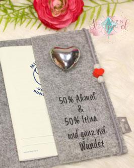 Bestickung der Innenlasche der Mutterpasshülle 50 % Name der Eltern mit kleinem Text