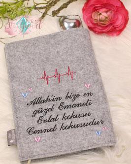"""Bestickte Rückseite der  Mutterpasshülle """" Allahin..."""" und """"Evlat..."""" Herzschlag mit Herzchen"""