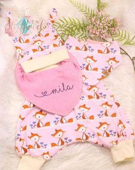 Neugeborenenset mit Mützchen, Hose, Halstuch und besticktem Dreieckstuch Waldtier in  rosa, creme