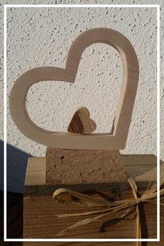 Kleines Herz im Herz liegend auf kleinem Sockel - Holzarten frei wählbar