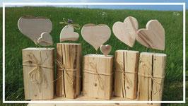 Herzen stehend oder liegend auf einem Sockel aus Altholz