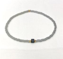 Feine Armbänder mit kleinen Perlen