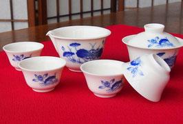 携帯ポーチ付き 蓋碗・茶海・茶杯4客 落ち着きのある藍色のハスの花・蕾・葉の図柄 590