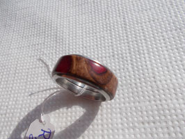 Ring aus Pankisazapfen mit rotem Kunstharz