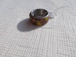 Ring aus Pankisazapfen mit gelben Kunstharz