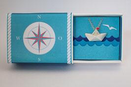 Halskette großes Schiffchen mit rotem Wimpel
