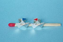 Schiffchenohrstecker mit rot-blauen Wimpeln