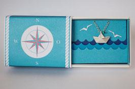 Halskette kleines Schiffchen mit blauem Wimpel