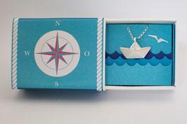 Halskette großes Schiffchen mit blauem Wimpel