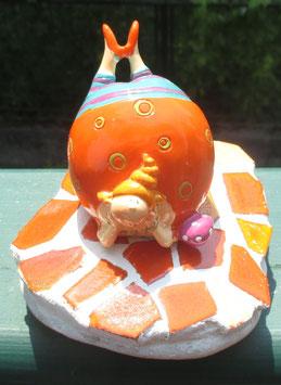 Oranger Mosaikstein mit dicker Dame