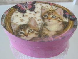 Rosa ovale Schachtel mit zwei Kätzchen
