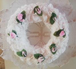 Weißer Deko-Kranz mit rosa Röschen