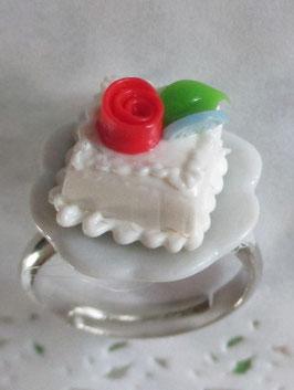 Weißer Törtchen-Ring auf Teller