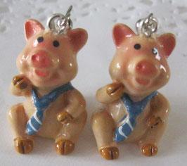 Schweinchen-Ohrringe mit blau-weißem Halstuch