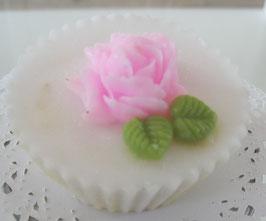 Weiße Cupcake-Seife mit rosa Rose