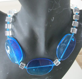 Blaue Kette mit großen ovalen Perlen
