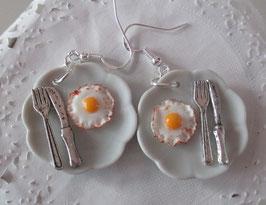 Spiegelei-Ohrringe mit Messer und Gabel, runder Teller